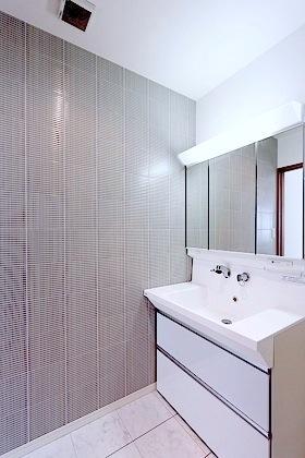 洗面所の壁面や床にも拘ったそう