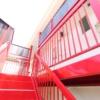 赤いアパートの写真_階段